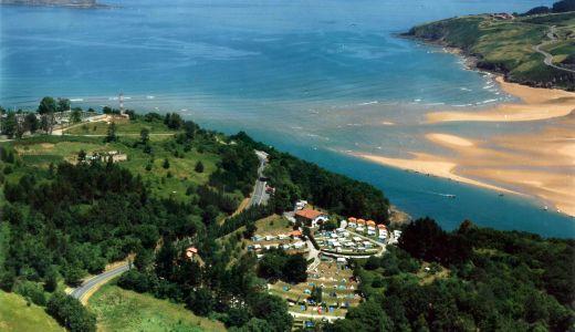 Vista aérea del Camping Portuondo y la ría de Mundaka