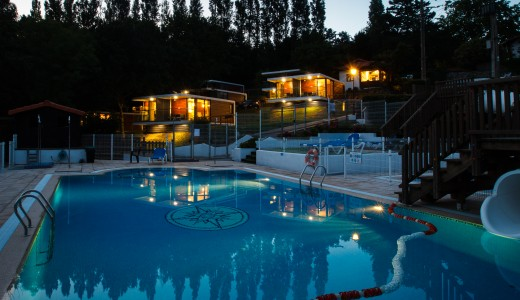 Camping Portuondo, mobilhomes desde la piscina